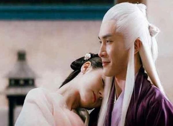 这是阮经天对一个男生的公主抱,看着阮经天哭笑不得的表情,真是让人