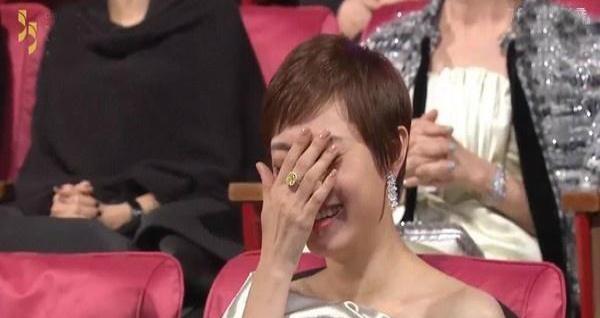 孙俪捂脸羞笑 在金马奖现场,主持人陶晶莹采访邓超,问他觉得四位提名