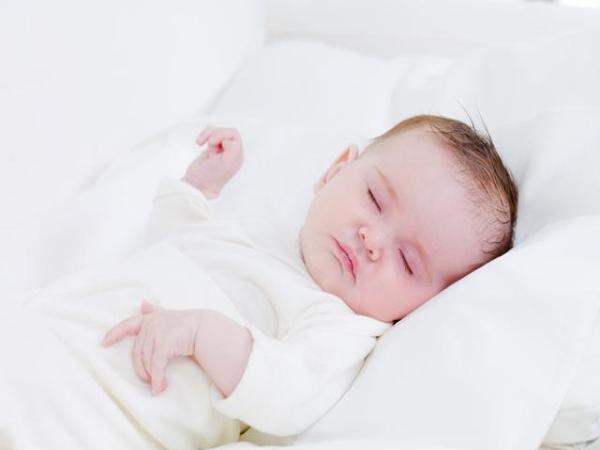 小孩子睡眠不足会长不高吗? 通过了解发现,小孩子长期睡眠不足,会影响其身高。因为睡眠不足的情况下,体内的生长激素分泌量减少,而生长激素对小孩子身高起着决定性的作用,长期生长激素分泌不足的小孩子身高变化幅度会降低,造成小孩子矮小。因此,小孩子需要保证充足的睡眠,以免对身体发育以及健康造成影响。 小孩子睡眠不足会对身体造成哪些影响? 1、小孩子长期睡眠不足,容易导致其抵抗力下降。因为睡眠不足的人抵抗力比较弱,容易患上疾病,身体组织,器官没有得到充分休息。处于疲劳状态下,抗病能力也会降低,从而增加患病几率,对