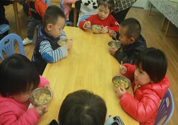 宝妈嫌幼儿园伙食不好,找老师理论!是伙食不好还是孩子太娇惯?