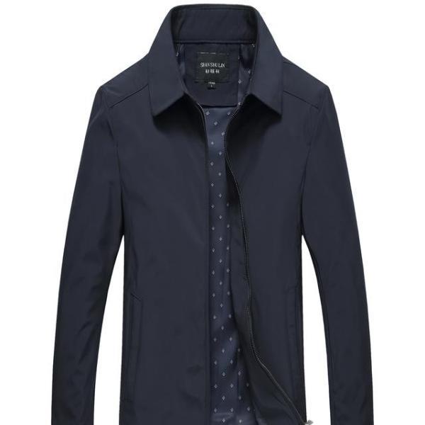 这款简约的外观造型设计,朴质而休闲的衣袖,做工精细美观的走线