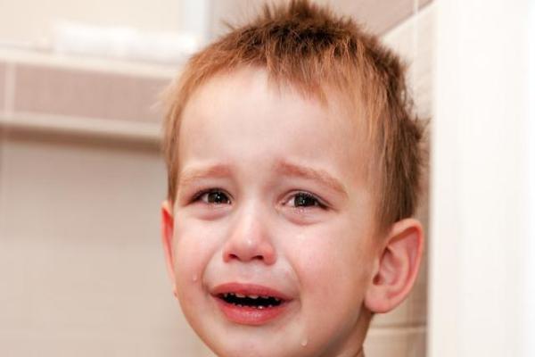 英国《每日邮报》曾经报道,美国医生皮尼罗普-林奇表示,如果宝宝大哭20分钟以上,大脑就会受到损害。 宝宝大哭时,不理睬他,宝宝可能很快就不哭了。也或者宝宝哭累了,也就不哭了。 但是很多宝宝不哭的时候,也就不再对爸爸妈妈会安慰自己这件事抱有希望。而爸爸妈妈不理睬自己哭泣这件事所带来的失望、压抑的情绪会让宝宝分泌一种压抑激素,这种激素会对宝宝大脑产生负面影响。如果同样的事情反复发生,将给宝宝未来的成长留下心理阴影。 皮尼罗普-林奇也表示,这并不是说宝宝不能哭,或者一哭就必须马上制止。因为宝宝偶尔哭几声也是非