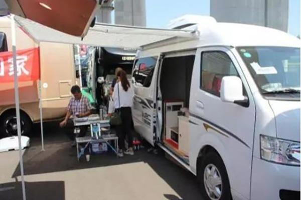 这是以福田新风景g7加长高顶底盘为基础的一辆房车.