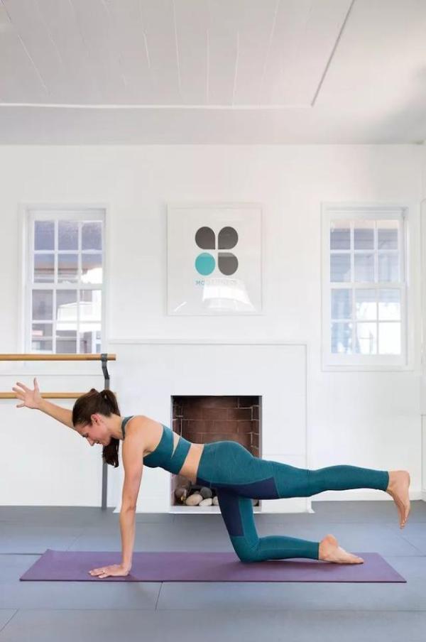蹬立在墙面上,   左手左脚支撑在垫面上,身体向左侧打开,   右手臂图片