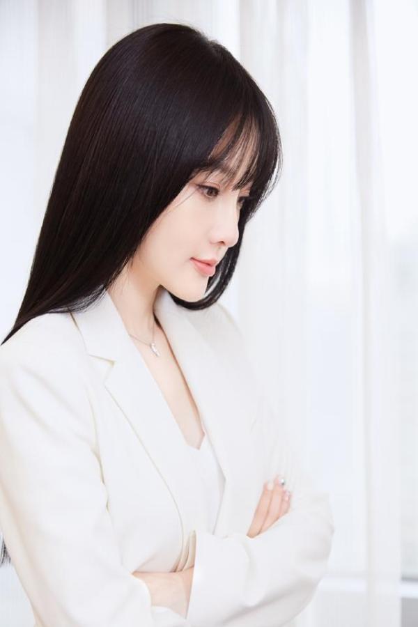 李小璐又换新发型低调复出,空气刘海搭配白色西服,秒变清纯少女